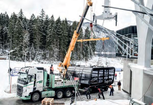 Einhängen der neuen Kabine der Zugspitzseilbahn (Foto: Bayerische Zugspitzbahn)